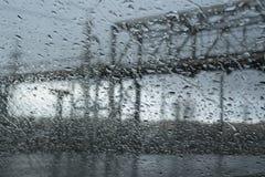 Πτώσεις βροχής στο αυτοκίνητο Στοκ φωτογραφία με δικαίωμα ελεύθερης χρήσης