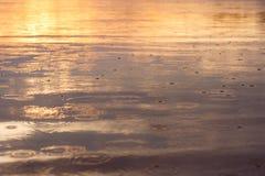 Πτώσεις βροχής στο νερό στοκ εικόνες με δικαίωμα ελεύθερης χρήσης