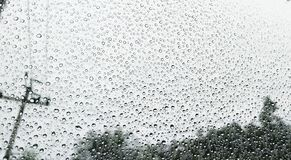 Πτώσεις βροχής στο παράθυρο αυτοκινήτων Στοκ Εικόνες