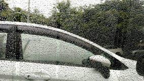 Πτώσεις βροχής στο παράθυρο με το αυτοκίνητο Στοκ Εικόνες
