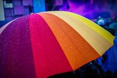 Πτώσεις βροχής στο πολύχρωμο umbella ουράνιων τόξων Στοκ Εικόνες