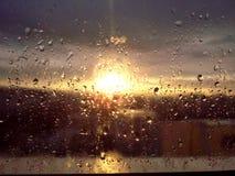 Πτώσεις βροχής στο σύνολο παραθύρων και ήλιων Στοκ Εικόνες