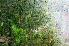 Πτώσεις βροχής στο υπόβαθρο γυαλιού Στοκ εικόνες με δικαίωμα ελεύθερης χρήσης