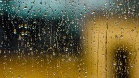 Πτώσεις βροχής χρονικού σφάλματος σε ένα γυαλί παραθύρων Κλείστε επάνω τη σύσταση νερού φιλμ μικρού μήκους