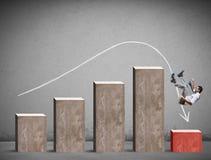 Πτώσεις επιχειρηματιών σε μια αρνητική στατιστική Στοκ φωτογραφία με δικαίωμα ελεύθερης χρήσης