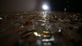 Πτώσεις κομφετί στο πάτωμα που καλύπτεται με το κομφετί φιλμ μικρού μήκους