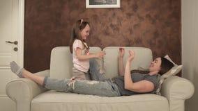 Πτώσεις μικρών κοριτσιών στα όπλα της μητέρας της απόθεμα βίντεο