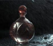 Πτώσεις μπουκαλιών και νερού αρώματος Στοκ Εικόνες