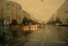 Πτώσεις νερού και βροχής στο γυαλί, αφηρημένη άποψη Στοκ Φωτογραφίες