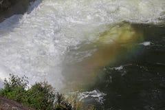 Πτώσεις νερού ουράνιων τόξων Ουράνιο τόξο πέρα από τον καταρράκτη στο φράγμα Ζωηρόχρωμο ουράνιο τόξο στο νερό παφλασμών Πτώσεις ν στοκ εικόνες