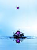 Πτώσεις νερού που μειώνονται, όπως τα μαργαριτάρια. Στοκ εικόνες με δικαίωμα ελεύθερης χρήσης