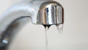 Πτώσεις νερού που περιέρχονται από μια παλαιά βρύση στο νεροχύτη απόθεμα βίντεο
