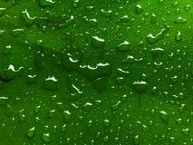 Πτώσεις νερού πράσινο σε μεταλλικό Στοκ φωτογραφία με δικαίωμα ελεύθερης χρήσης