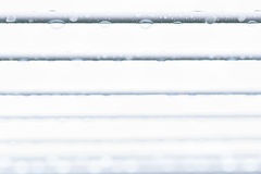 Πτώσεις νερού σε ένα καλώδιο με ένα άσπρο υπόβαθρο Στοκ φωτογραφίες με δικαίωμα ελεύθερης χρήσης