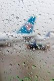 Πτώσεις νερού σε ένα παράθυρο αεροσκαφών στοκ φωτογραφία με δικαίωμα ελεύθερης χρήσης