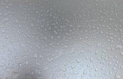 Πτώσεις νερού στο γκρίζο τονισμένο υπόβαθρο, υπόβαθρο έννοιας Στοκ φωτογραφία με δικαίωμα ελεύθερης χρήσης