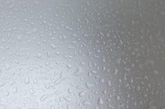 Πτώσεις νερού στο γκρίζο τονισμένο υπόβαθρο, υπόβαθρο έννοιας Στοκ φωτογραφίες με δικαίωμα ελεύθερης χρήσης