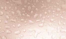 Πτώσεις νερού στο γκρίζο τονισμένο υπόβαθρο, υπόβαθρο έννοιας Στοκ Εικόνα