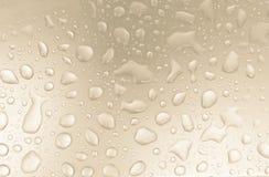 Πτώσεις νερού στο γκρίζο τονισμένο υπόβαθρο, υπόβαθρο έννοιας Στοκ Φωτογραφία
