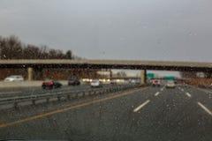Πτώσεις νερού στο γυαλί αυτοκινήτων Παράθυρο αυτοκινήτων που καλύπτεται με τα σταγονίδια βροχής, βροχερός καιρός κατά τη διάρκεια Στοκ Εικόνες
