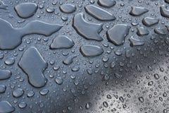 Πτώσεις νερού στο κυρτό μέταλλο Στοκ Φωτογραφίες