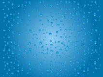 Πτώσεις νερού στο μπλε υπόβαθρο γυαλιού Στοκ εικόνα με δικαίωμα ελεύθερης χρήσης