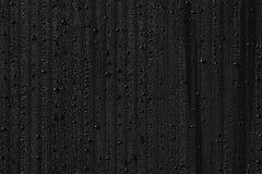 Πτώσεις νερού στο υπόβαθρο συμπυκνωμένος Μαύρη ανασκόπηση στοκ εικόνα με δικαίωμα ελεύθερης χρήσης