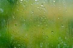 Πτώσεις νερού σύστασης στο γυαλί πράσινο Στοκ φωτογραφία με δικαίωμα ελεύθερης χρήσης