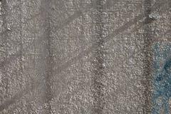 Πτώσεις σκιών στον παλαιό τοίχο Στοκ εικόνα με δικαίωμα ελεύθερης χρήσης
