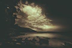 Πτώσεις σκοταδιού πέρα από το βουνό Στοκ φωτογραφία με δικαίωμα ελεύθερης χρήσης