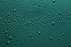 Πτώσεις στο πράσινο υπόβαθρο στοκ φωτογραφία με δικαίωμα ελεύθερης χρήσης