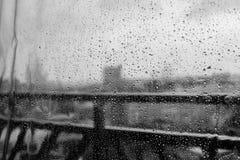 Πτώσεις της βροχής στο γυαλί, άσχημος καιρός, το παράθυρο του σπιτιού Στοκ φωτογραφία με δικαίωμα ελεύθερης χρήσης
