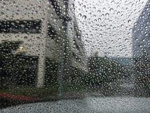 Πτώσεις της βροχής στο γυαλί Στοκ Εικόνες
