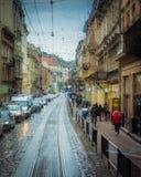 Πτώσεις της βροχής στο υπόβαθρο γυαλιού Φω'τα Bokeh οδών από την εστίαση Αφηρημένο σκηνικό φθινοπώρου Στοκ Εικόνα