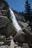 Πτώσεις της Νεβάδας από το ίχνος υδρονέφωσης Εθνικό πάρκο Yosemite Στοκ Φωτογραφίες