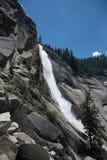 Πτώσεις της Νεβάδας από το ίχνος υδρονέφωσης Εθνικό πάρκο Yosemite Στοκ εικόνα με δικαίωμα ελεύθερης χρήσης