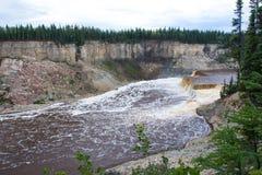 Πτώσεις της Louise ποταμών σανού στο δίδυμο εδαφικό πάρκο φαραγγιών πτώσεων, βορειοδυτικά εδάφη, NWT, Καναδάς στοκ φωτογραφία