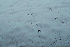 Πτώσεις του νερού που αφορούν το γυαλί παραθύρων ` s Στοκ φωτογραφίες με δικαίωμα ελεύθερης χρήσης
