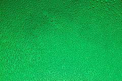 Πτώσεις του νερού σε ένα ζωηρόχρωμο υπόβαθρο Στοκ εικόνα με δικαίωμα ελεύθερης χρήσης