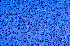 Πτώσεις του νερού σε ένα ζωηρόχρωμο υπόβαθρο Στοκ φωτογραφία με δικαίωμα ελεύθερης χρήσης