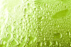 Πτώσεις του νερού σε ένα υπόβαθρο χρώματος γκρίζος πεδίο βάθους ρηχό Εκλεκτική εστίαση διαφήμιση στοκ εικόνα με δικαίωμα ελεύθερης χρήσης