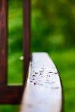 Πτώσεις του νερού στην ξύλινη λαβή Στοκ φωτογραφία με δικαίωμα ελεύθερης χρήσης