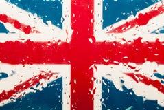 Πτώσεις του νερού στο αγγλικό υπόβαθρο σημαιών πεδίο βάθους ρηχό Εκλεκτική εστίαση τονισμένος στοκ φωτογραφία με δικαίωμα ελεύθερης χρήσης