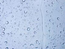 Πτώσεις του νερού στο γυαλί στο δροσερό τόνο για το υπόβαθρο σύστασης ταπετσαριών Στοκ Εικόνες