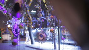 Πτώσεις χιονιού στα παιχνίδια και τις διακοσμήσεις Χριστουγέννων στην οδό απόθεμα βίντεο