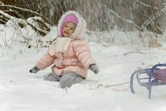 Πτώσεις χιονιού στο κορίτσι Στοκ φωτογραφίες με δικαίωμα ελεύθερης χρήσης