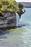 Πτώσεις ψεκασμού στους απεικονισμένους βράχους εθνικό Lakeshore στη λίμνη Superio Στοκ Εικόνα