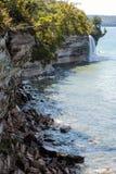 Πτώσεις ψεκασμού στους απεικονισμένους βράχους εθνικό Lakeshore στη λίμνη Superio Στοκ φωτογραφία με δικαίωμα ελεύθερης χρήσης
