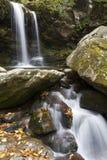 Πτώσεις Grotto το φθινόπωρο, μεγάλα καπνώδη βουνά NP στοκ φωτογραφίες