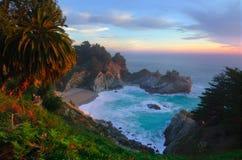 Πτώσεις McWay σε μεγάλο Sur Καλιφόρνια στοκ εικόνες